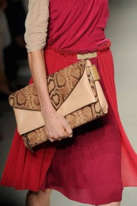 oversized accessories1 199x300 Moderne torbe za proljetnu sezonu 2012.